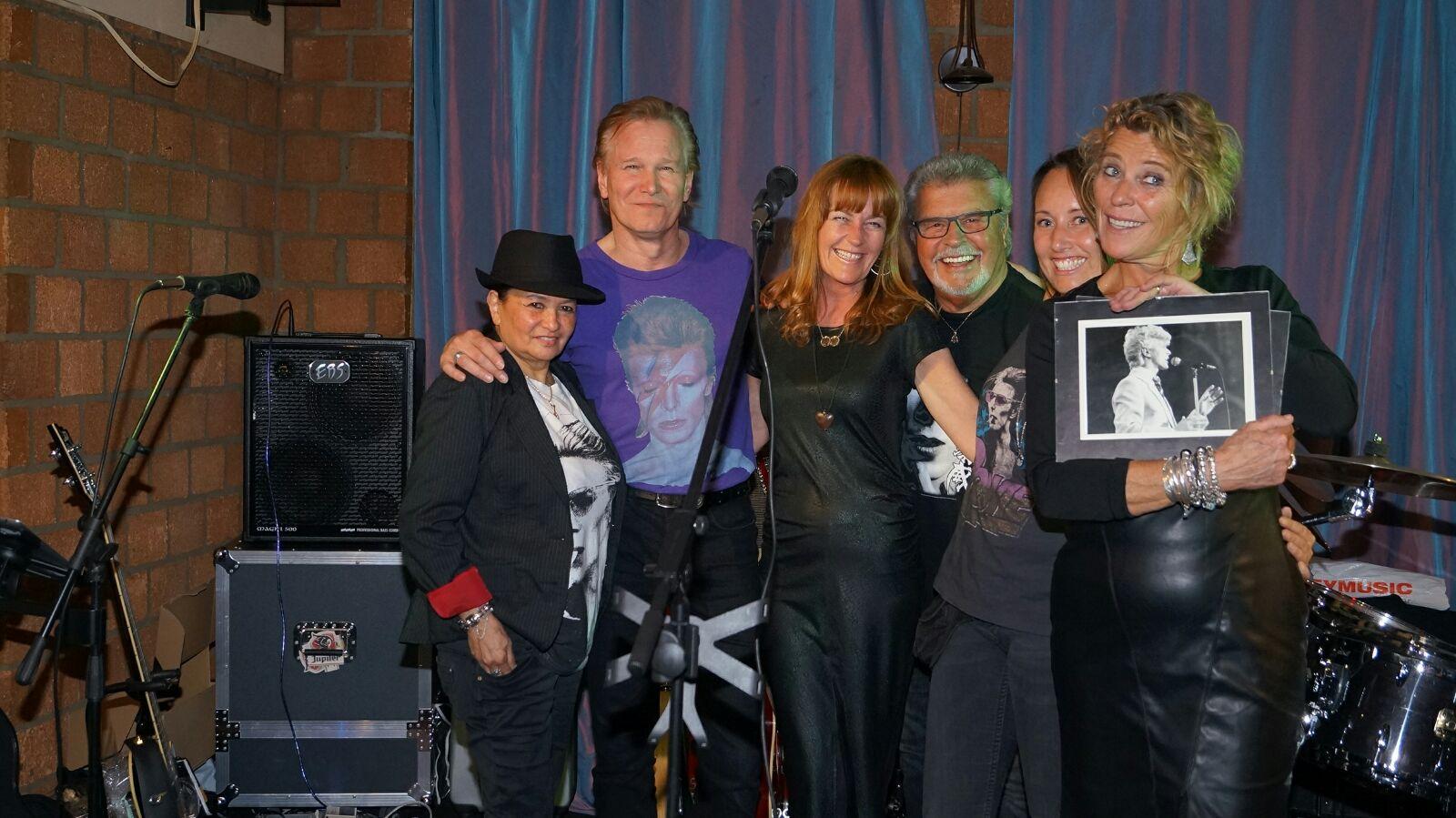 Groepsfoto genomen na een optreden op 30-04-2016 voor de ALS stichting in cafe de Dijk te Hellevoetsluis
